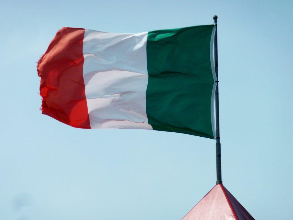 Italská vlajka, vlající ve větru směrem doleva.
