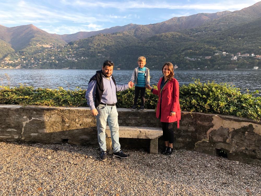 Markéta s italským manelem a synem na výletě v přírodě.