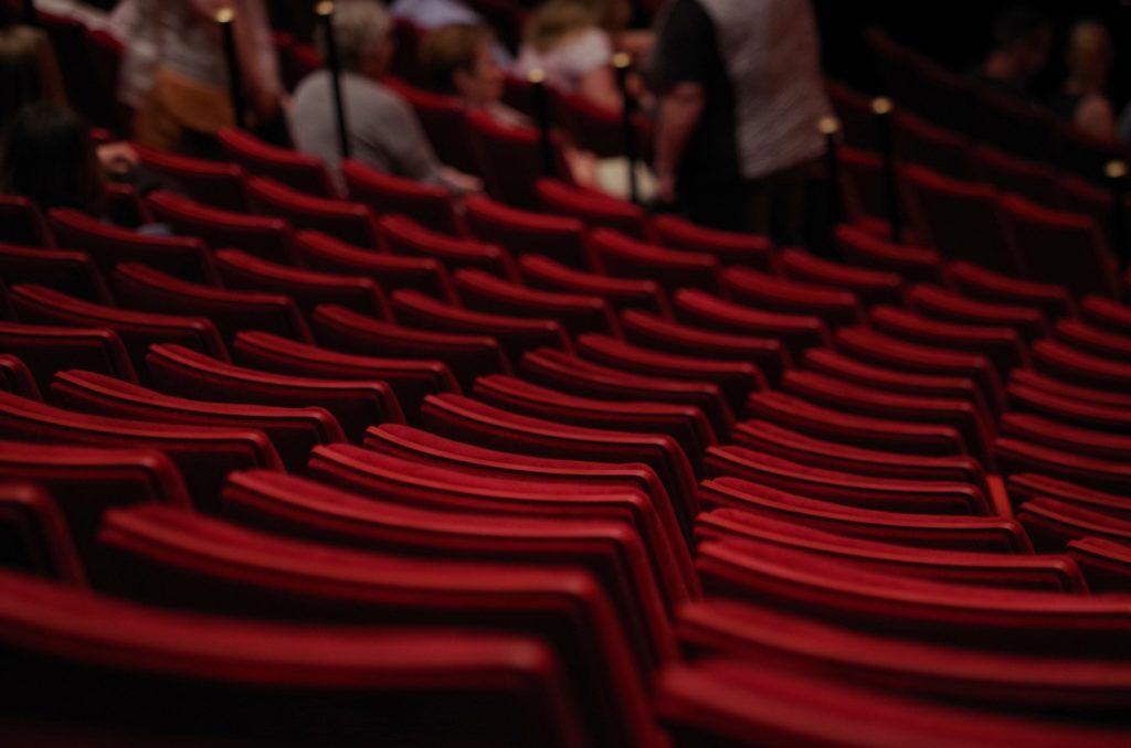 Červená sedadla v divadle bez diváků.