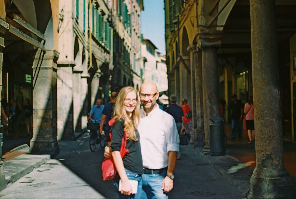 Denisa s přítelem Marcem, foceni za pěkného slunečného dne v jedné z městských uliček.