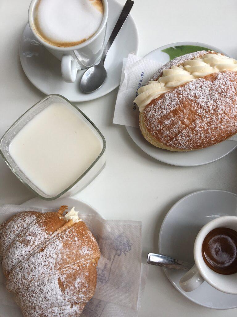 Typická snídaně v Kalábrii. Nechybí cappuccino ani kalabrijské sladkosti.