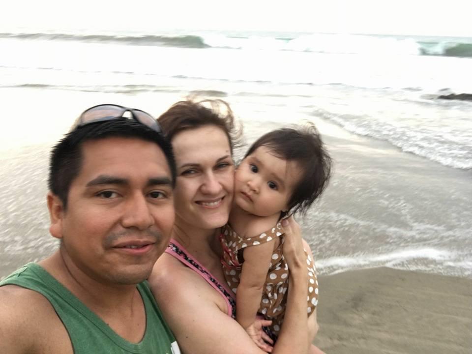 Celá rodina - manžel, Zuzka a jejich dcerka na pláži.