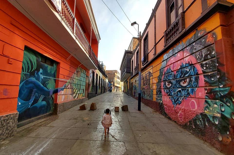 Malá holčička objevuje graffiti ve městě.