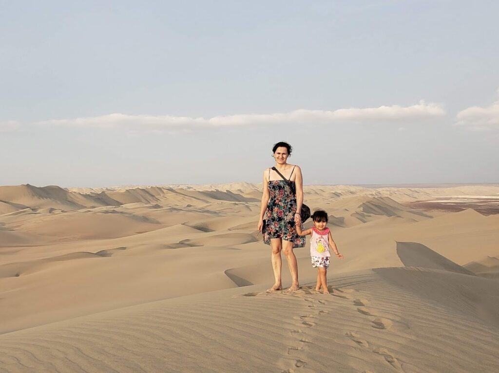 Zuzka s dcerkou v poušti ve městě Ica.