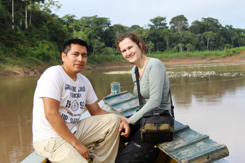 Zuzka s mužem na loďce na řece.