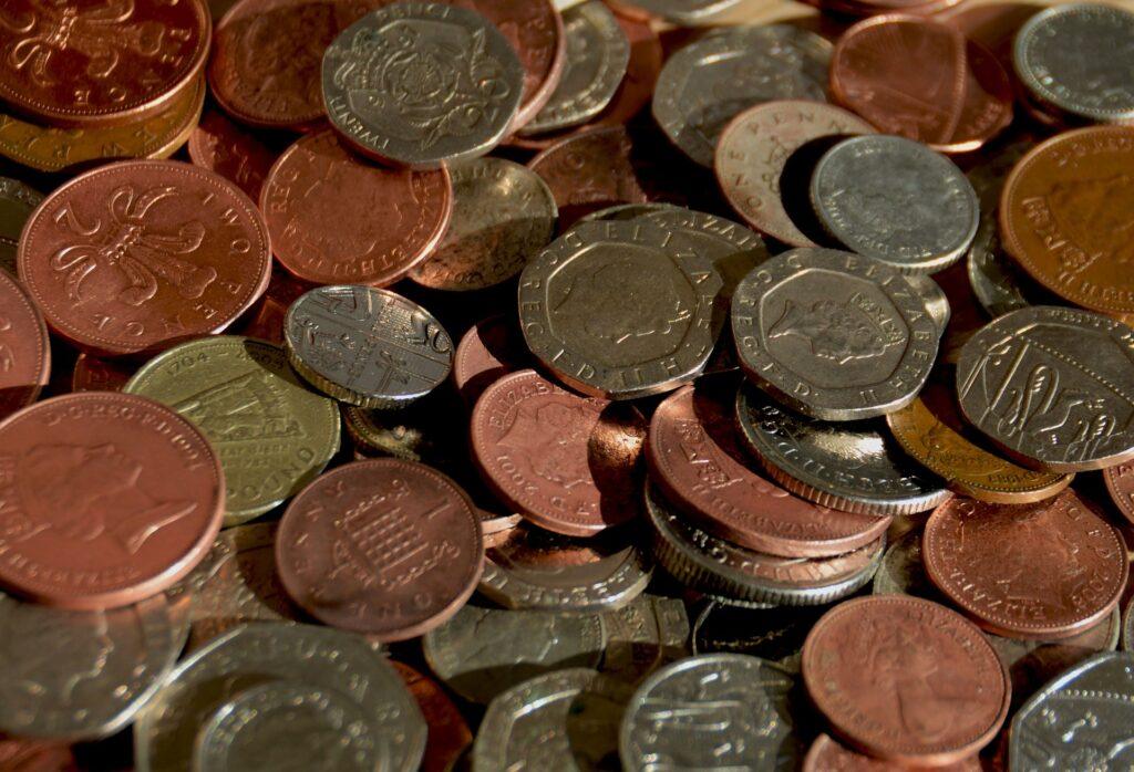 Mince různé barvy a ze všech možných zemí, poházené přes sebe.