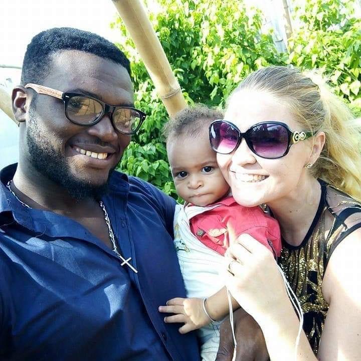 Kristýna, manžel a jedno z dětí, na pozadí bambus.