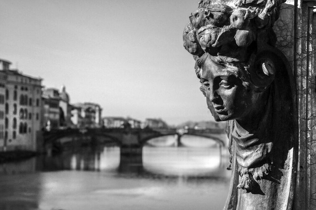 Florentské zákoutí, výhled na řeku, most a socha ženy