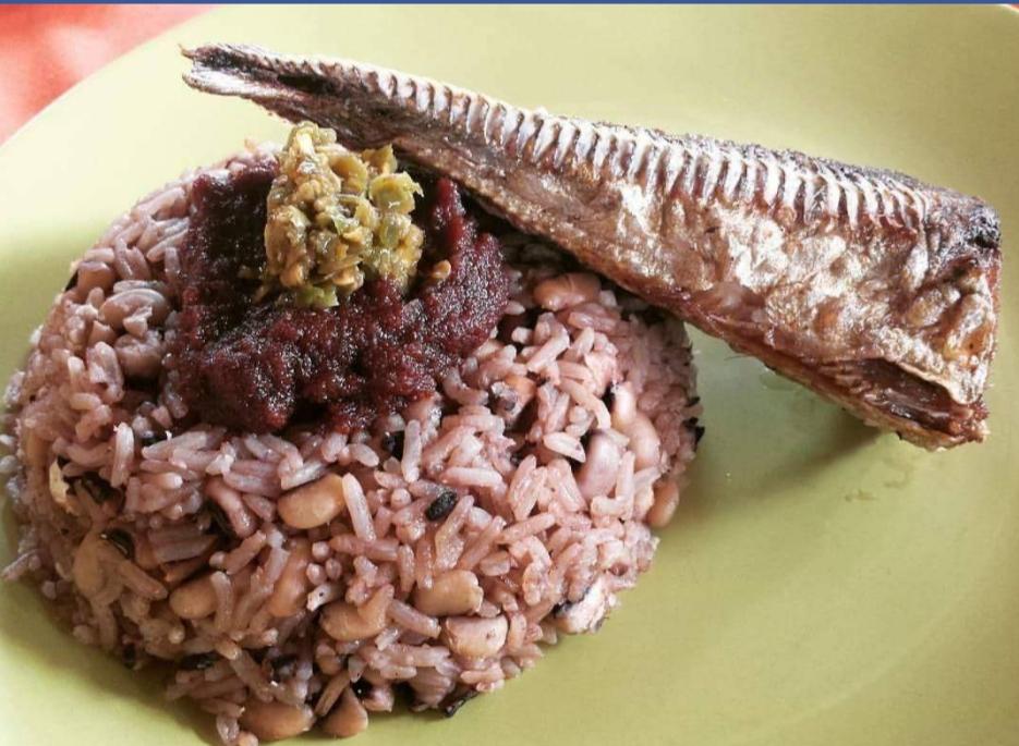Jeden z afrických pokrmů s rýží a rybou.