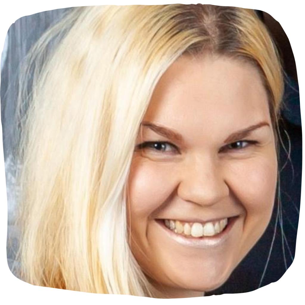 Medailonková fotka Kristýny, jak se směje do objektivu.