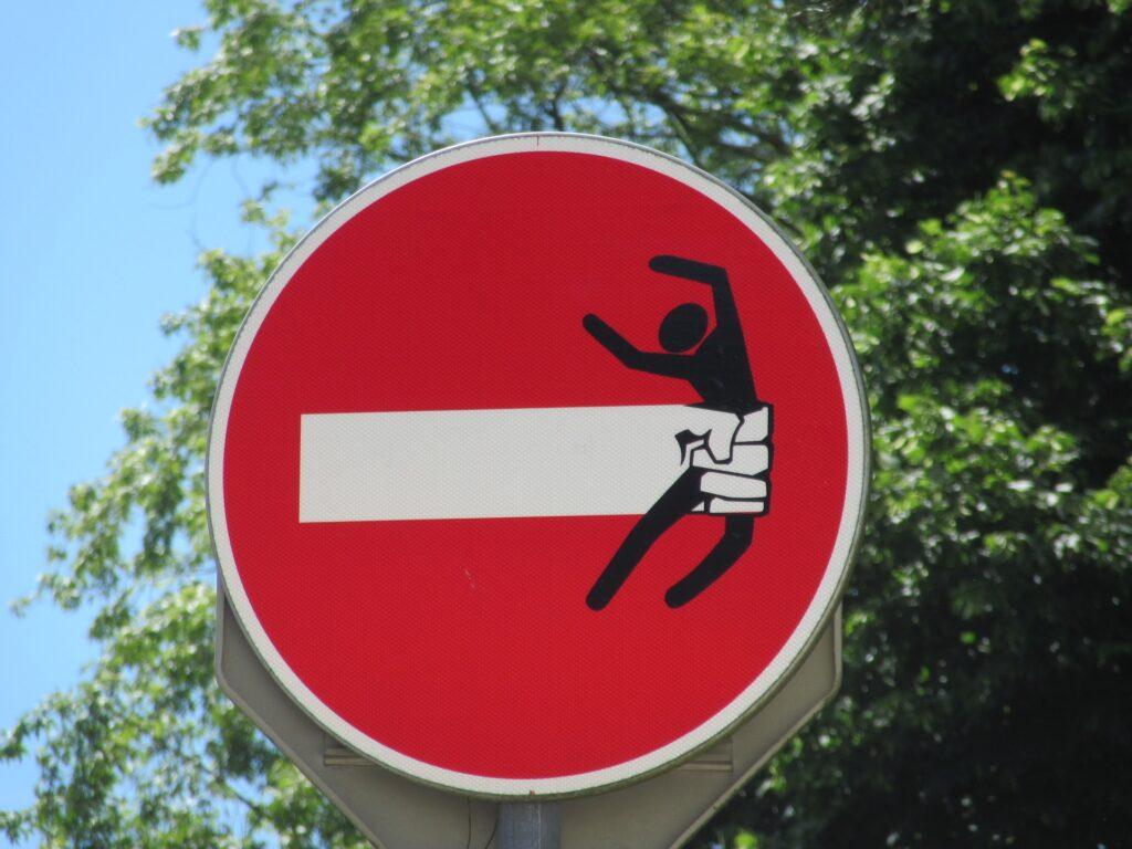 Jedna z dopravních značek, upravených umělcem se jménem CLET.