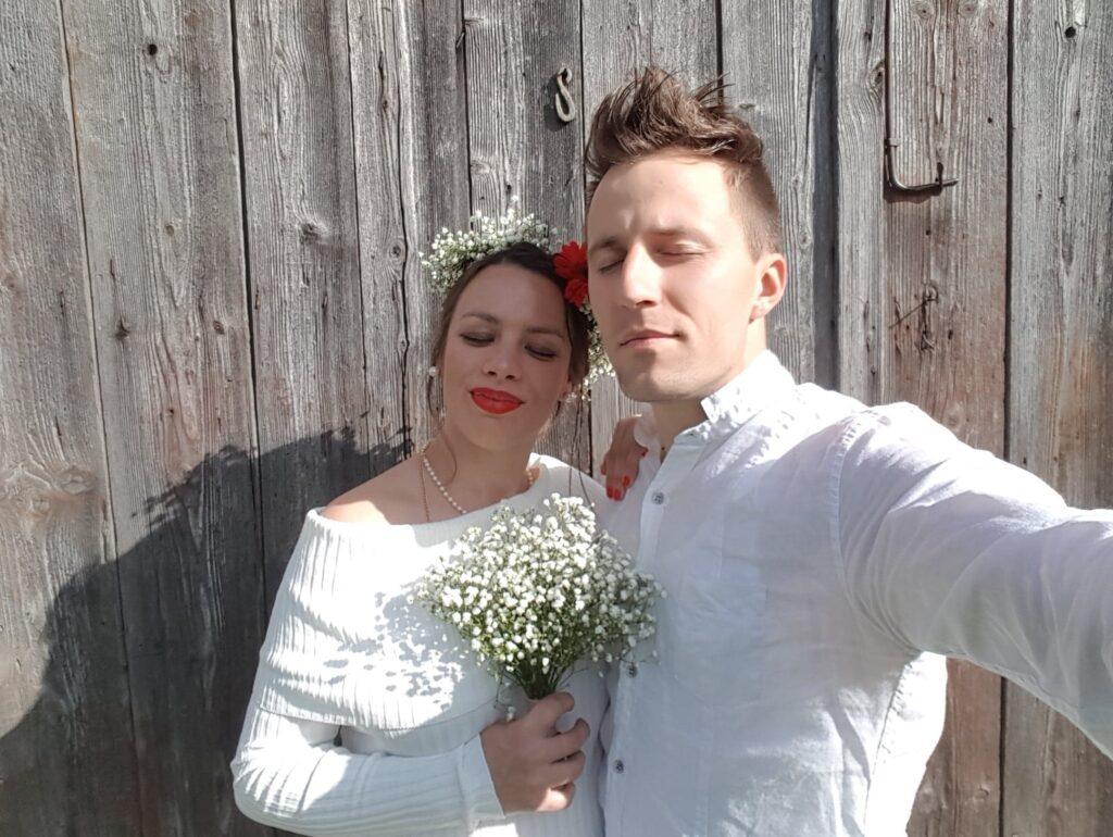 Júlia se svým manželem na svatební fotografii, se zavřenýma očima.
