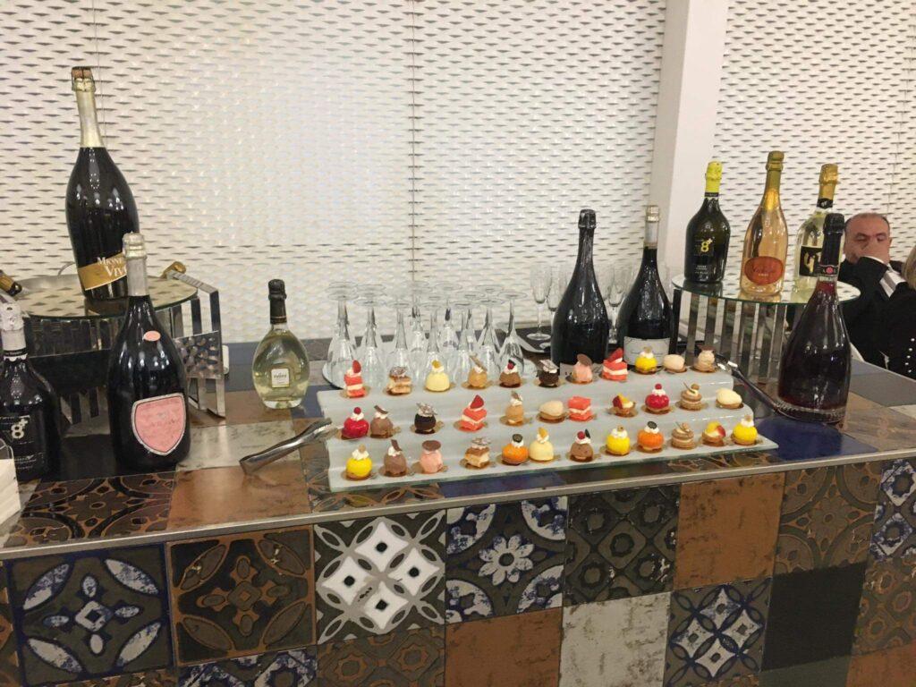 Svatební bar se sladkým a s likéry a šampaňským.