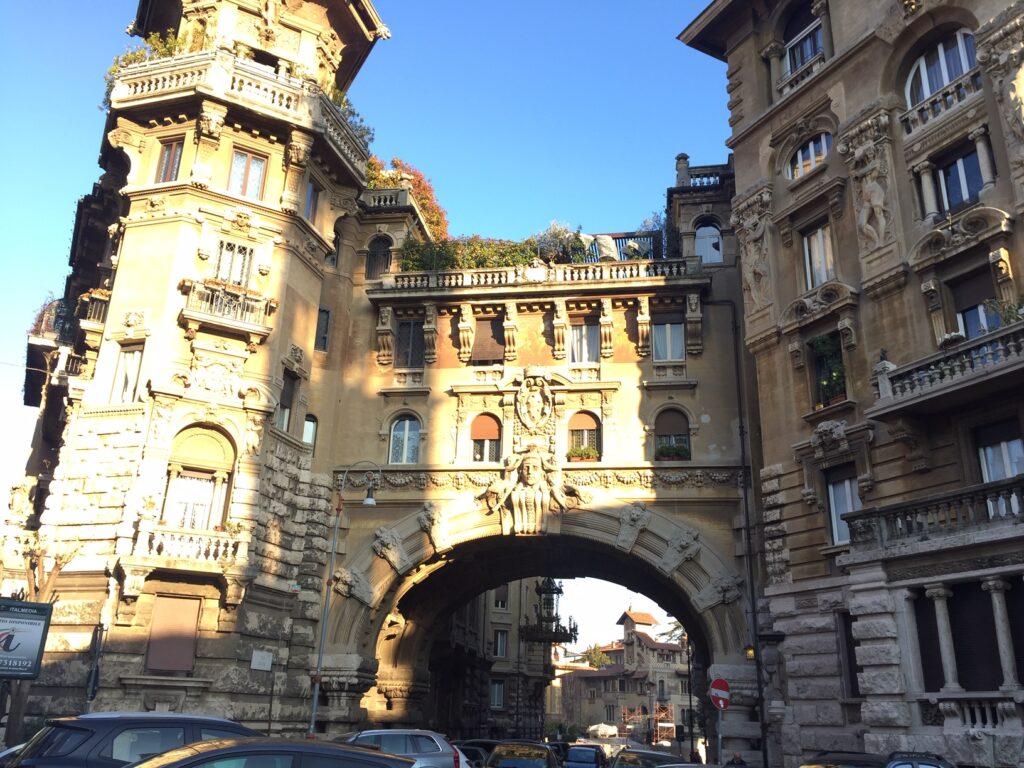 Vstupní brána římské čtvrti Coppedè s typicky zdobenými budovami.