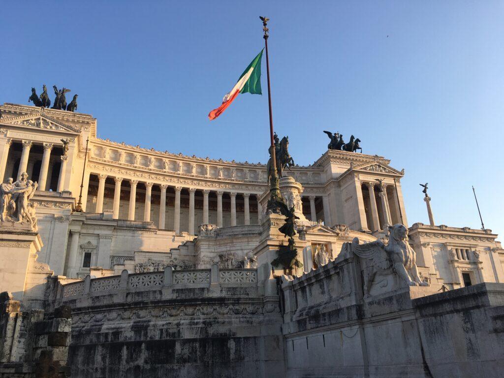 Monument italského krále a sjednotitele Viktora Emmanuela II. s italskou vlajkou.