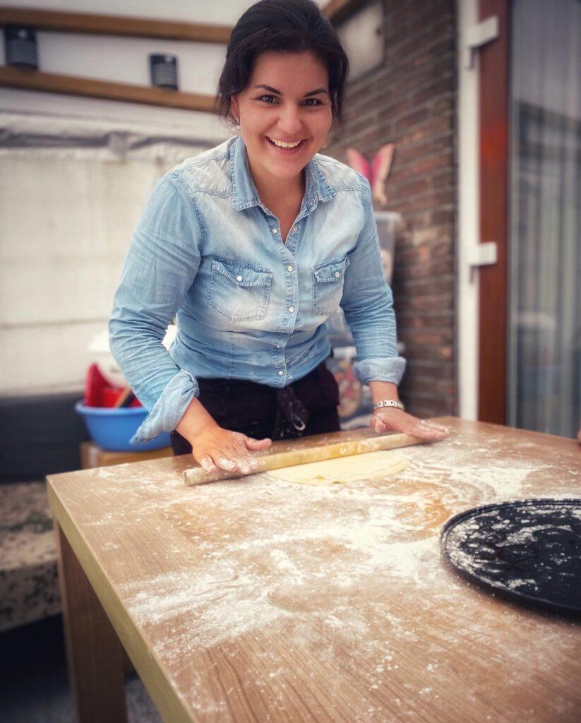 Helena při vaření, celá od mouky.