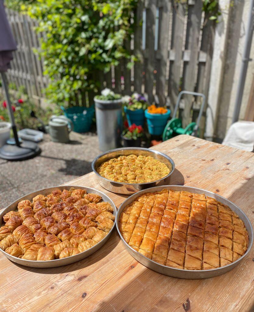Turecké pokrmy na veganský způsob, focené na stole na zahradě.