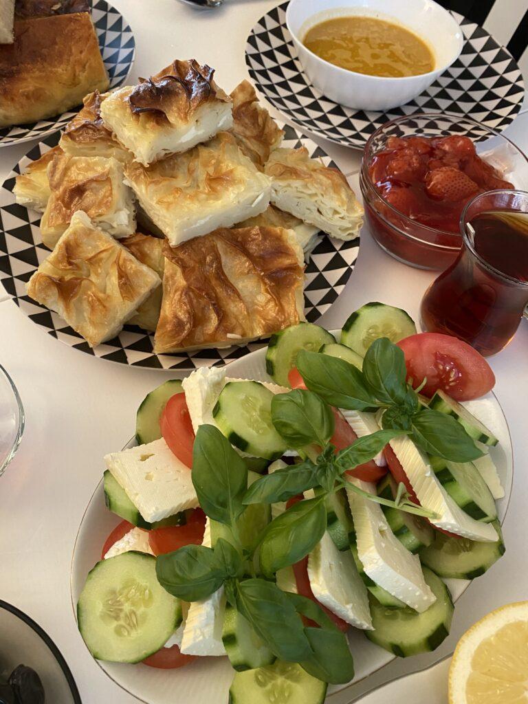 Turecké dobroty, baklava a zeleninový salát, čaj touareg a jahody.