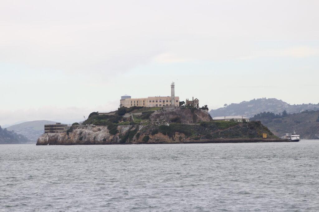Alcatraz, pověstné vězení na ostrůvku.