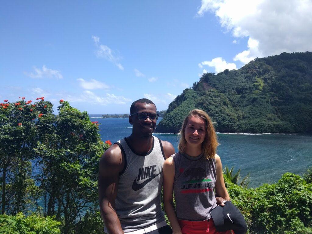 Blanka s manželem na výletě na Havaji, v pozadí moře a lesy.