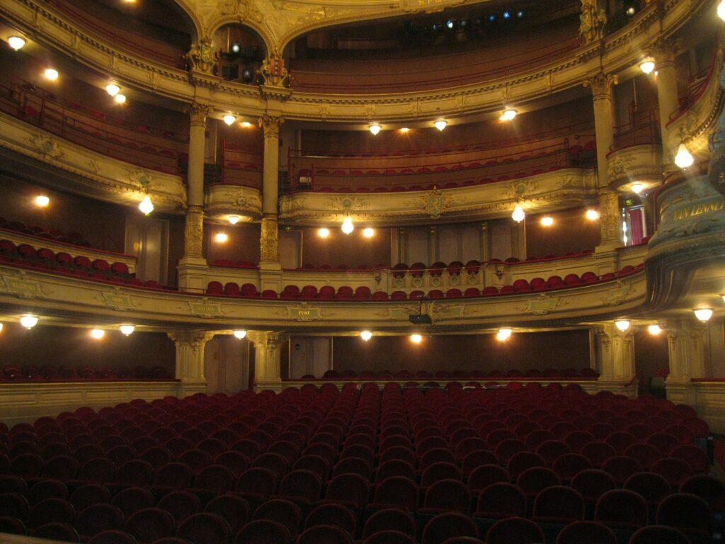 Pohled na divadelní hlediště se sedačkami a balkony.