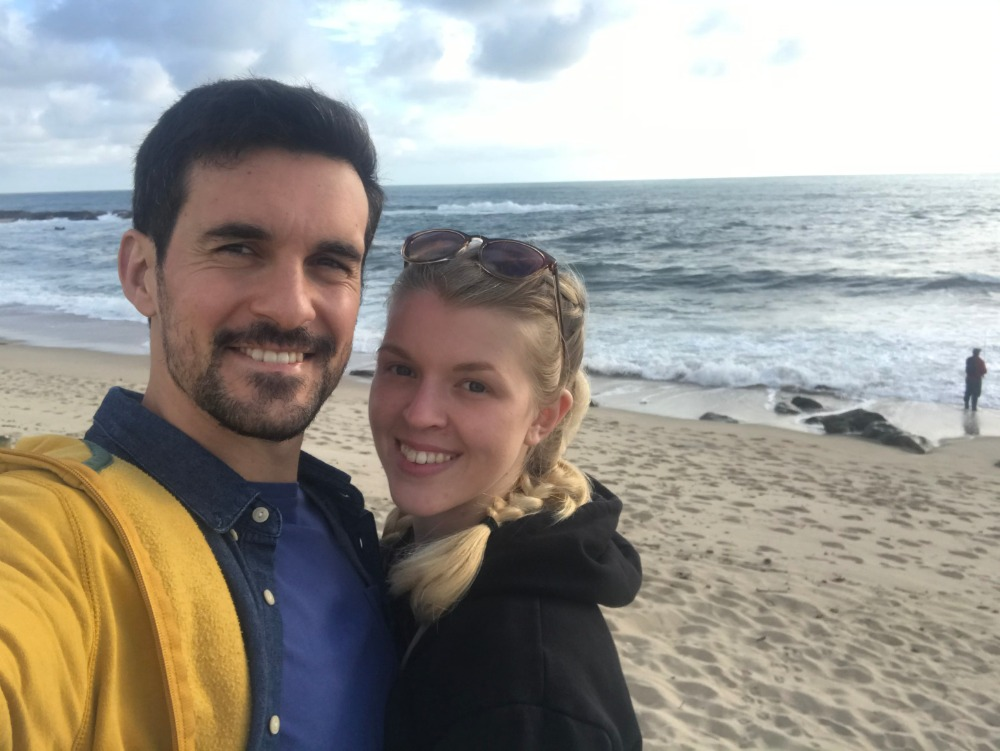 Dominika s přítelem u moře, pohled na pláž a zatažené nebe