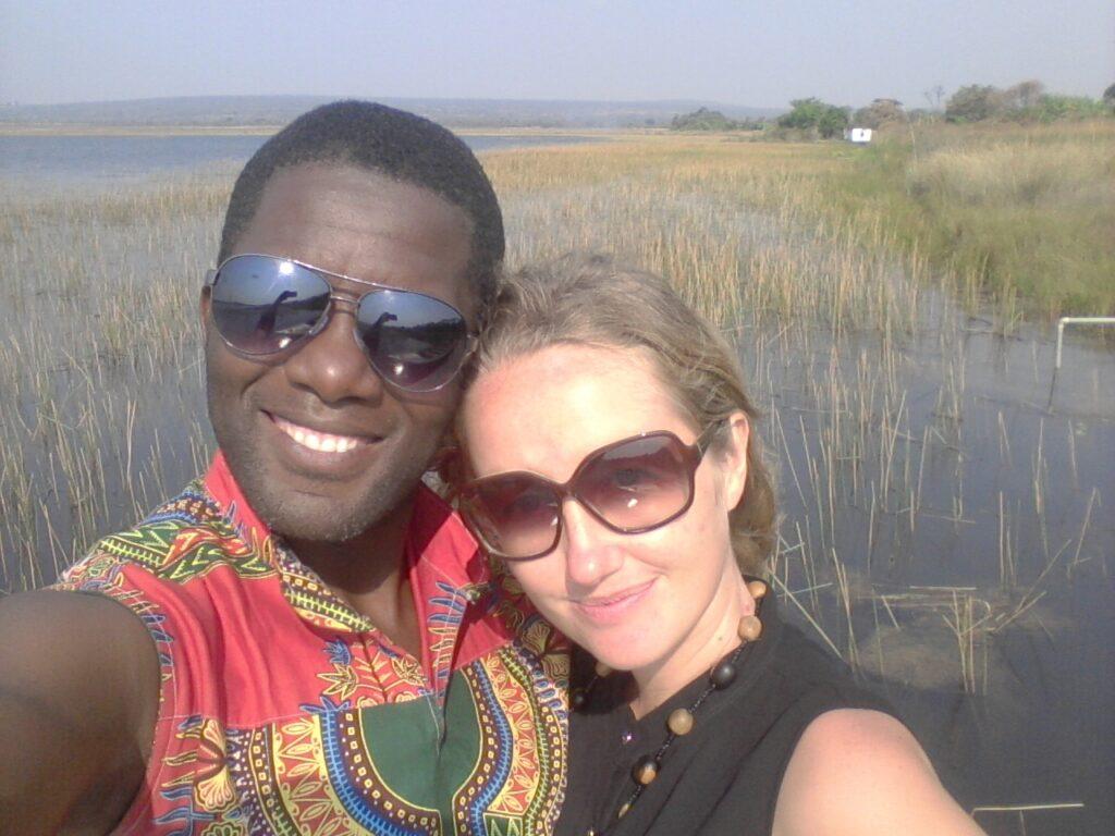 Zuzana a Chris na výletě, v pozadí mokřady.