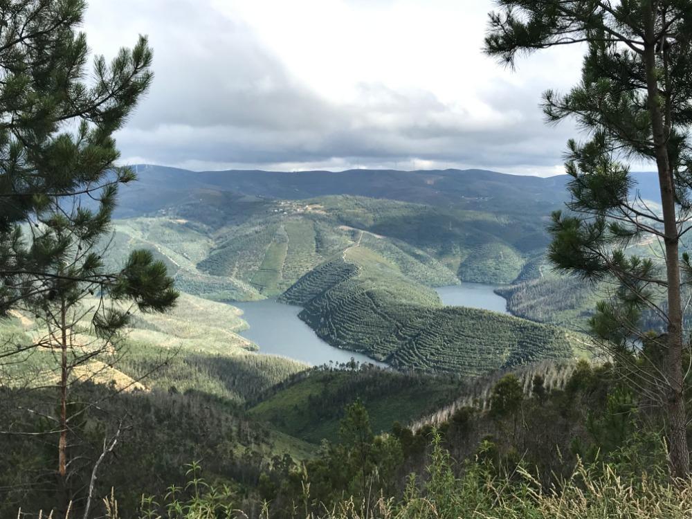 Oblast pampilhosa de Serra, přehrady nebo řeky, zatažené nebe a kopce