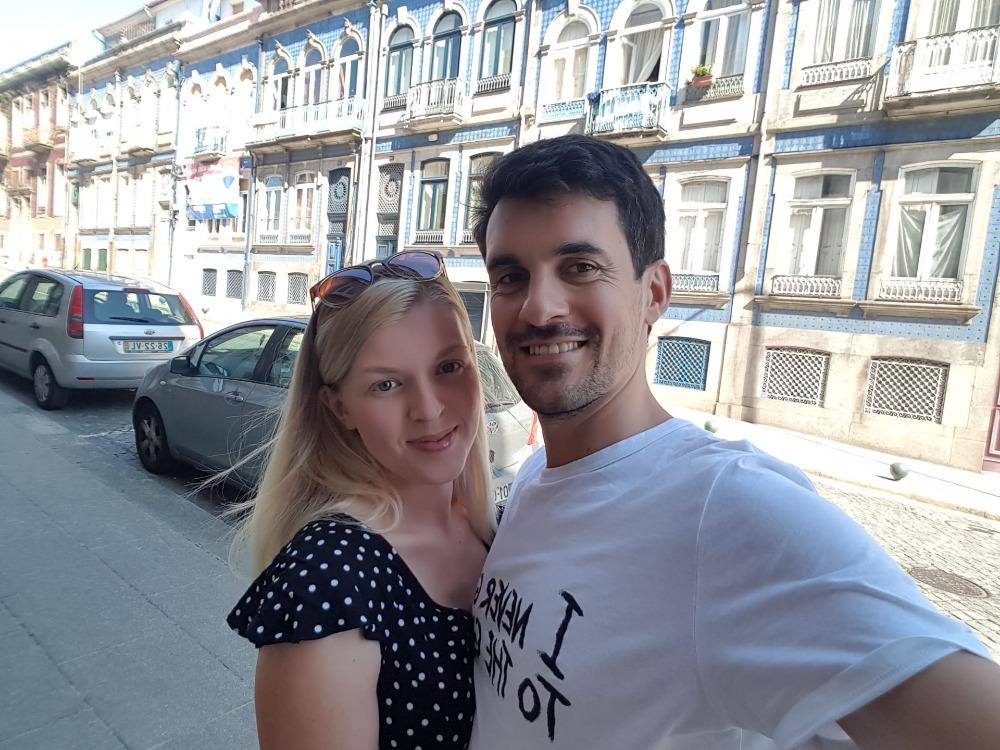Dominika s portugalským přítelem, na pozadí modrobílý dům