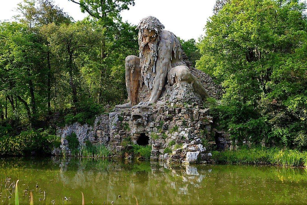 Apeninský kolos, socha z kamene u jezera