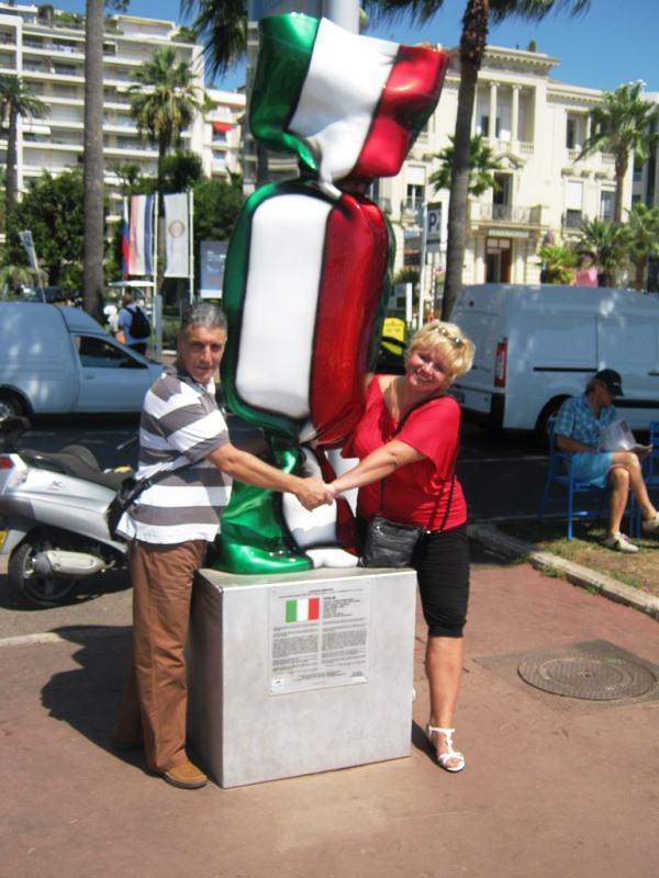 Zuzka a manžel objímají sochu bonbonu v italských barvách