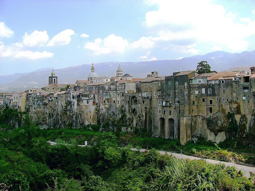 starodávné městečko, v pozadí hory