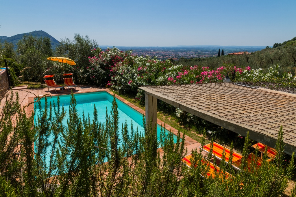 Vila s bazénem a výhled do krajiny