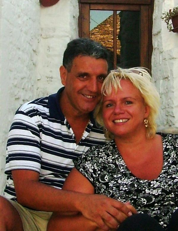 Zuzana s manželem před trullo v Alberobello