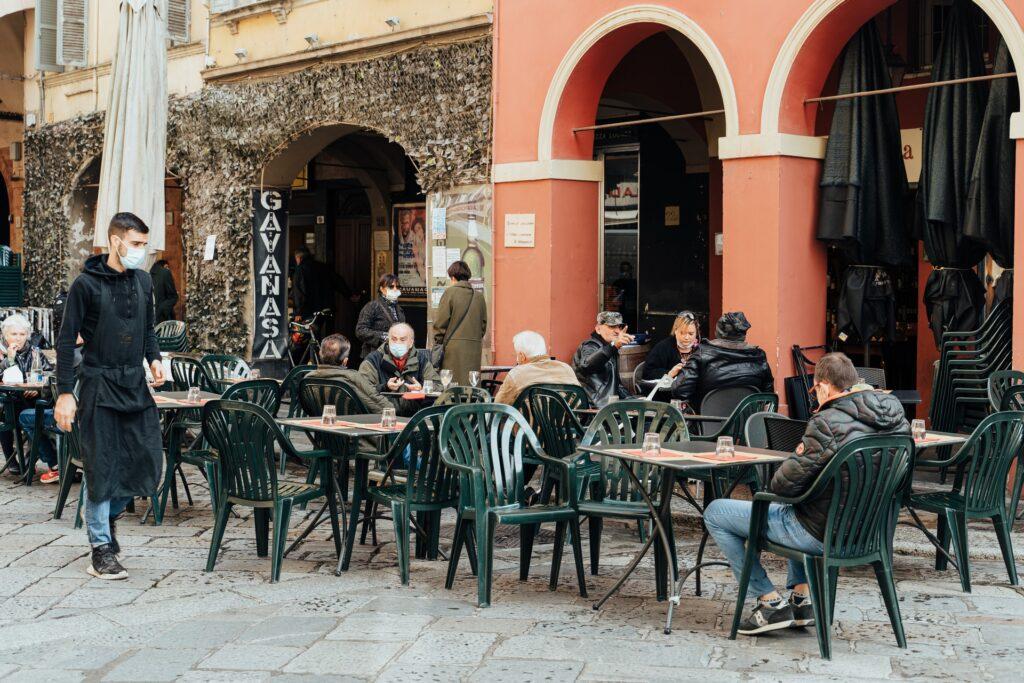 stolky italského baru, místo, kde se podává i italská káva