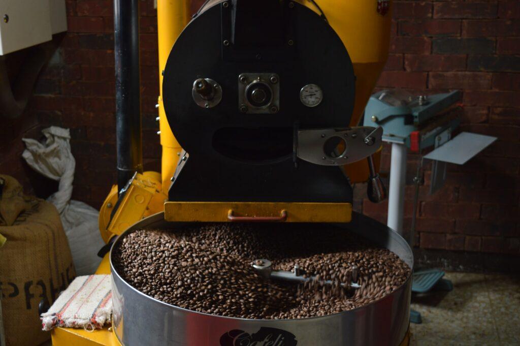 pražička kávy v cihlové místnosti