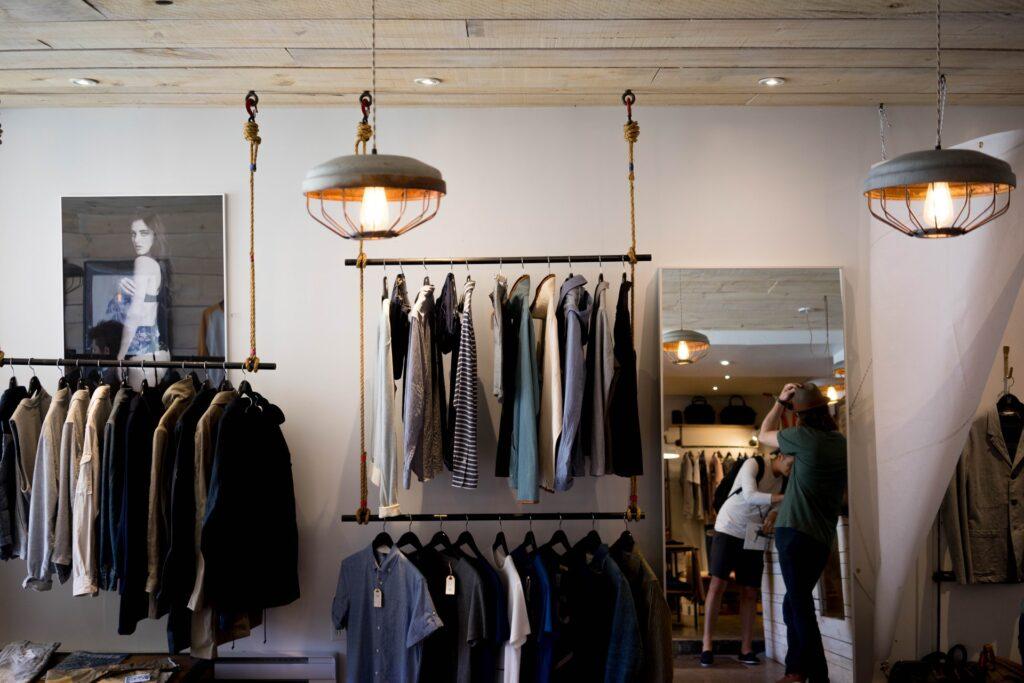 Oděvy, vystavené v obchodě s módou