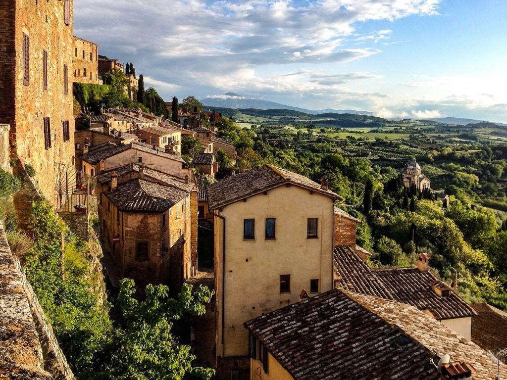 Výhled na město Montepulciano, v pozadí krajina