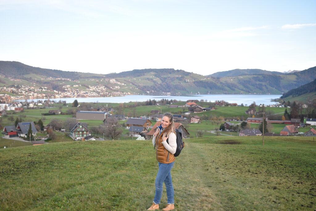 Klára na výletě, v pozadí přehrada či jezero a hory
