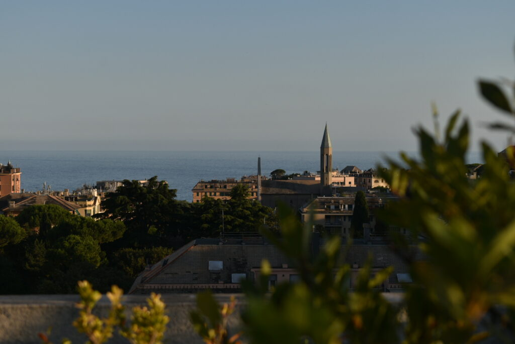 Pohled na Janov, v pozadí kostel a moře