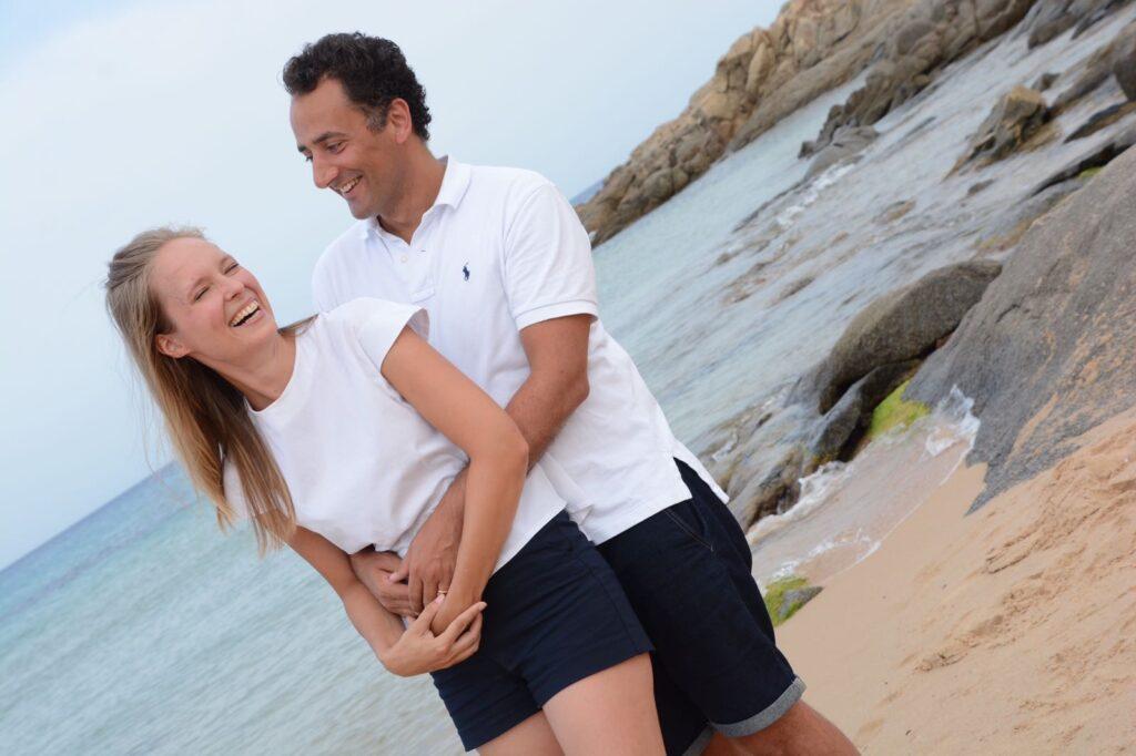 Klára s manželem na pláži v objetí