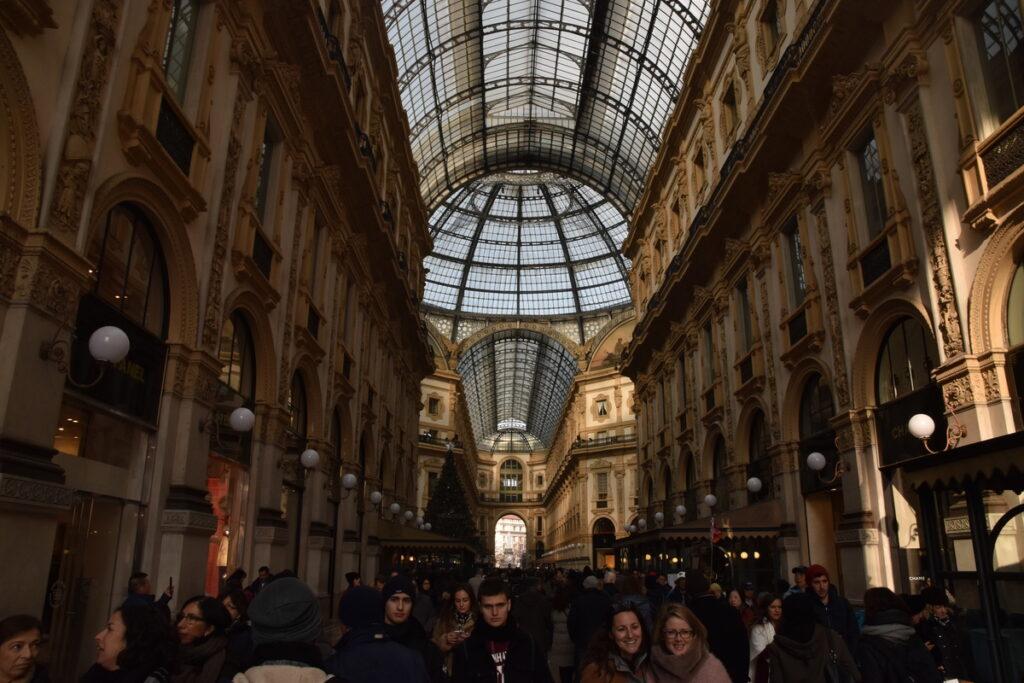 Nákupní galerie v Milanu, pohled na dav lidí a střechu