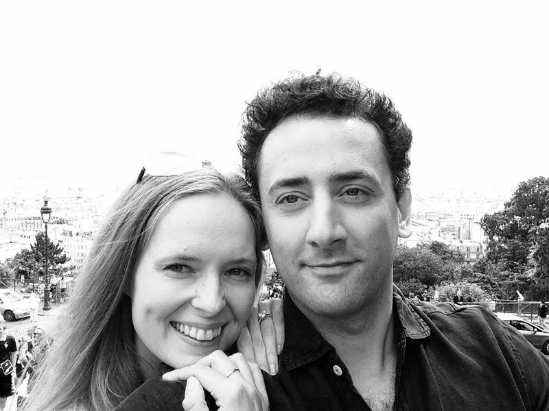 Černobílá fotka Kláry s manželem v Paříži