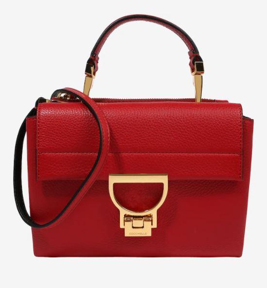 červená kabelka se zlatou sponou