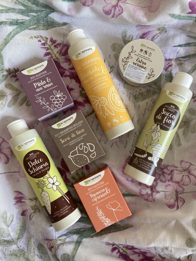 produkty laSaponaria, mýdla, sprchové gely a krém na květinovém ubruse