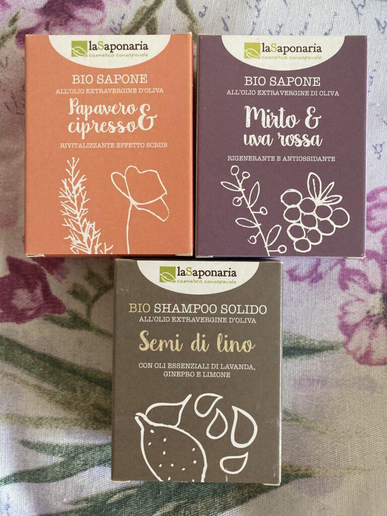 tuhá mýdla a tuhý šampon laSaponaria na květovaném podkladu