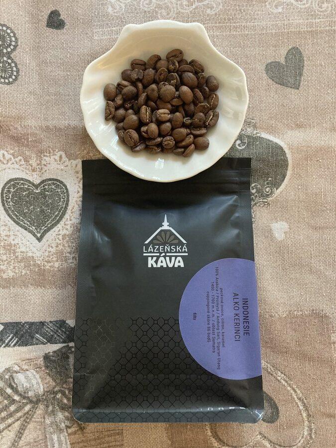 balení kávy Indonesie se zrníčky