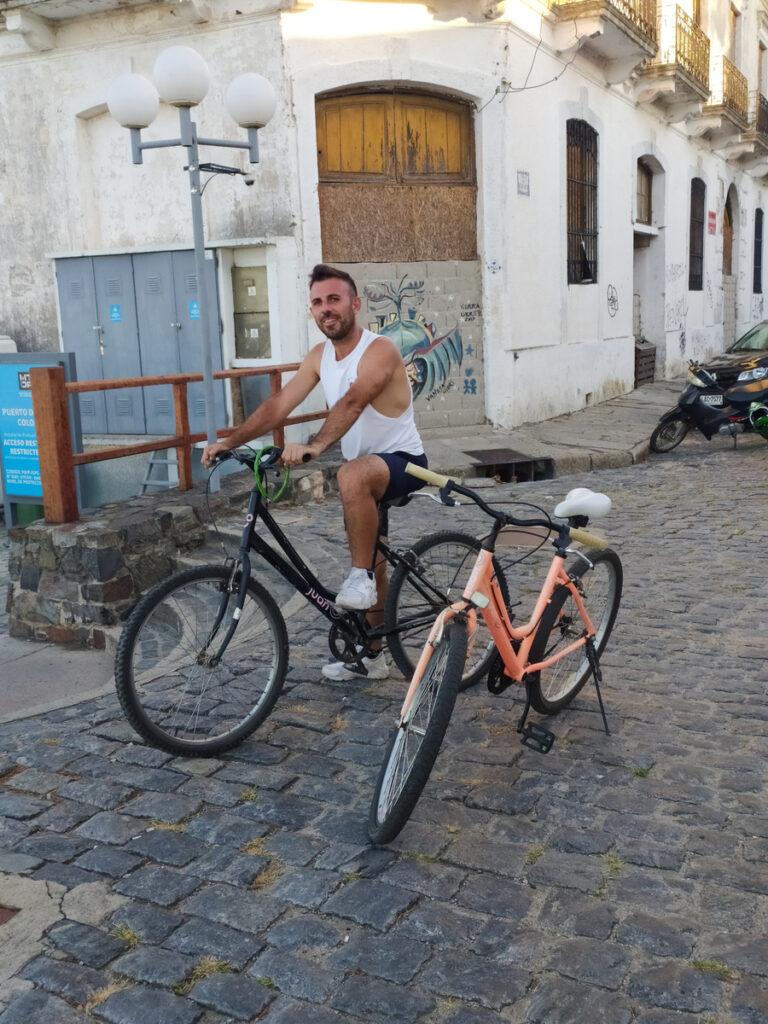 Adélin přítel, pózující na kole