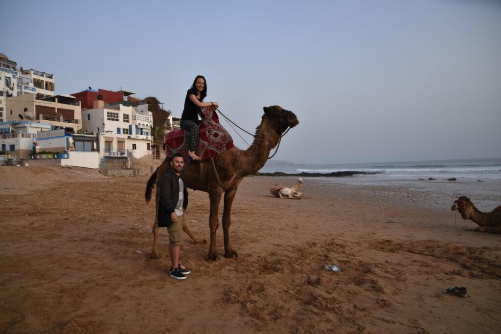 Adéla na velbloudovi na pláži