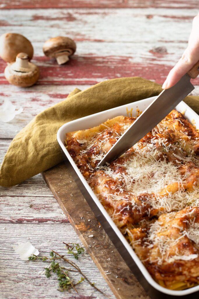 lasagne a nůž, který je krájí